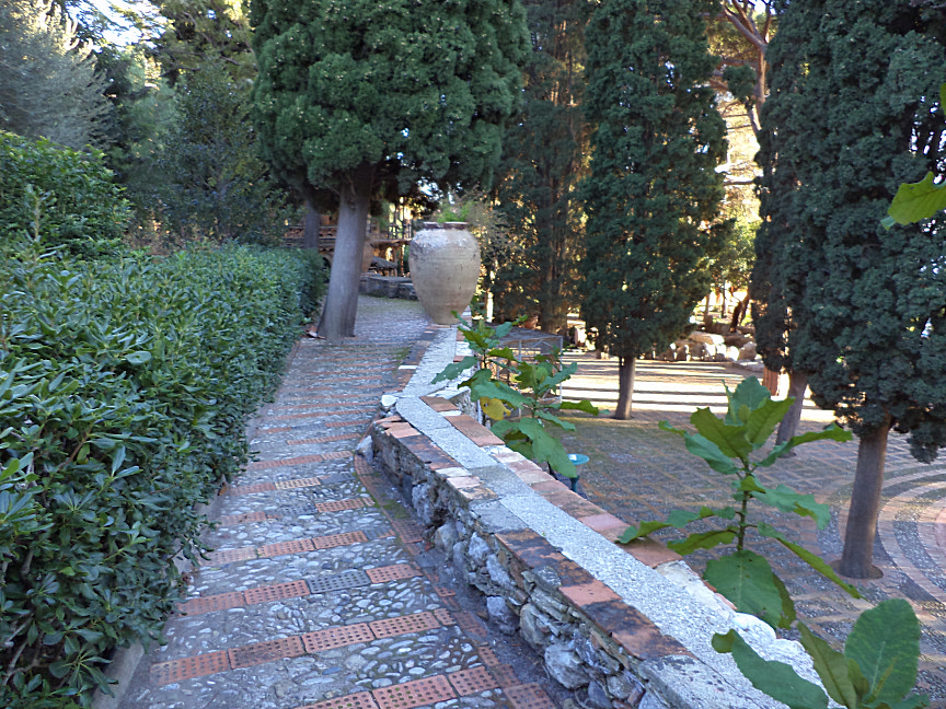 ninfee square public garden taormina