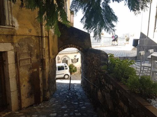 castelmola arco di ingresso piazza duomo