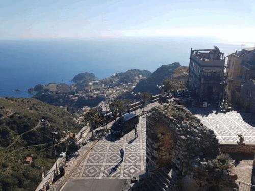 castelmola veduta piazza dalla scala castello